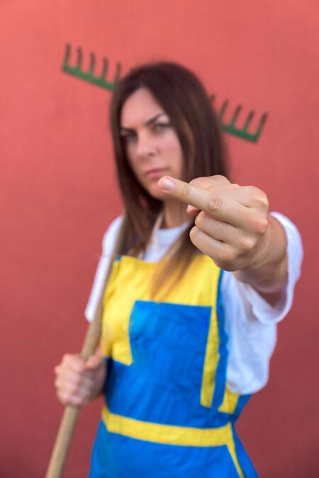 浅焦点拍摄的一个年轻女性显示中指-赋予妇女权力的概念