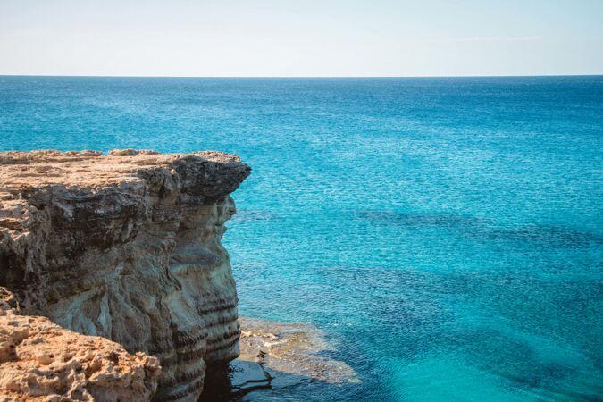 白天在海边的悬崖上拍摄的广角镜头