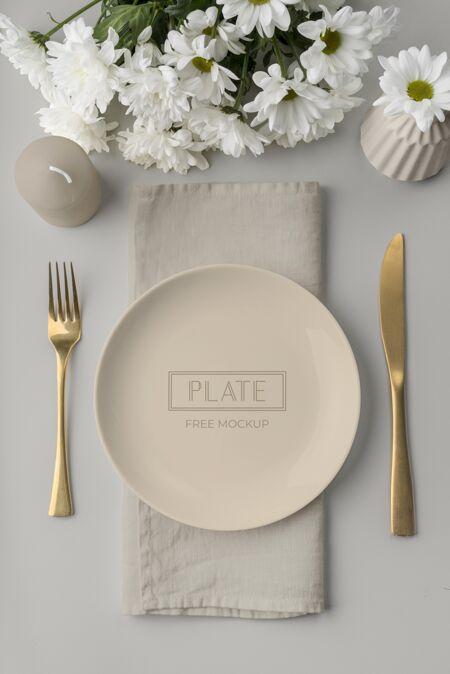 平铺春季菜单模型与鲜花和餐具