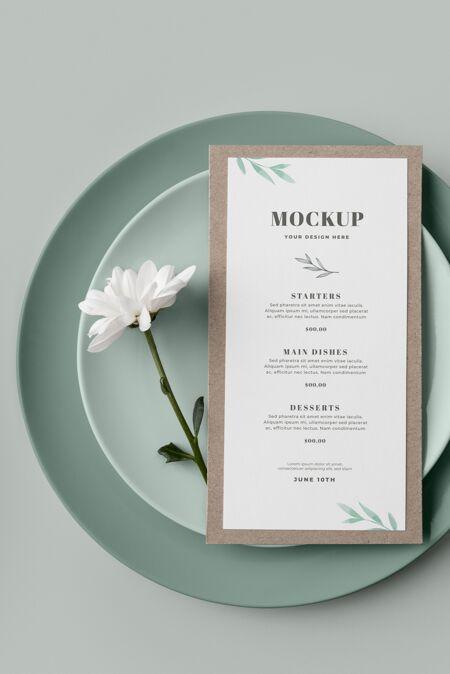 平铺的桌子安排与板和弹簧菜单模型