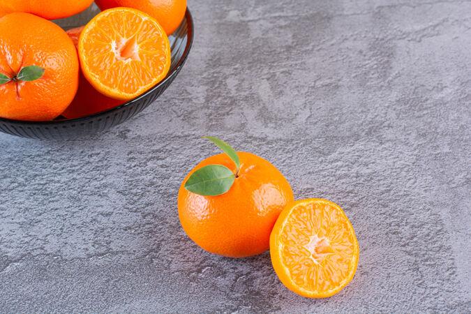 灰色的一堆有机橘子的特写照片