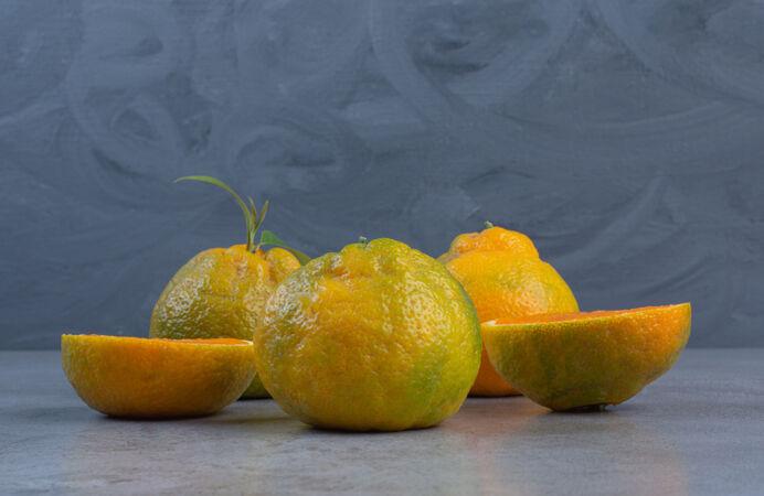 在大理石的背景上摆上一片一片的橘子