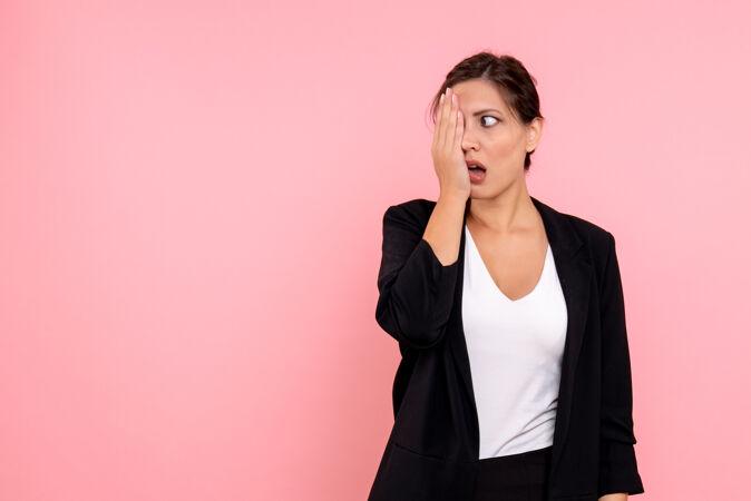 正面图:年轻漂亮的女性 穿着粉色背景的深色夹克