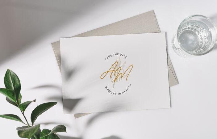 带信封和花的白色贺卡模型