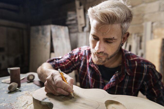 在木头上画画的人