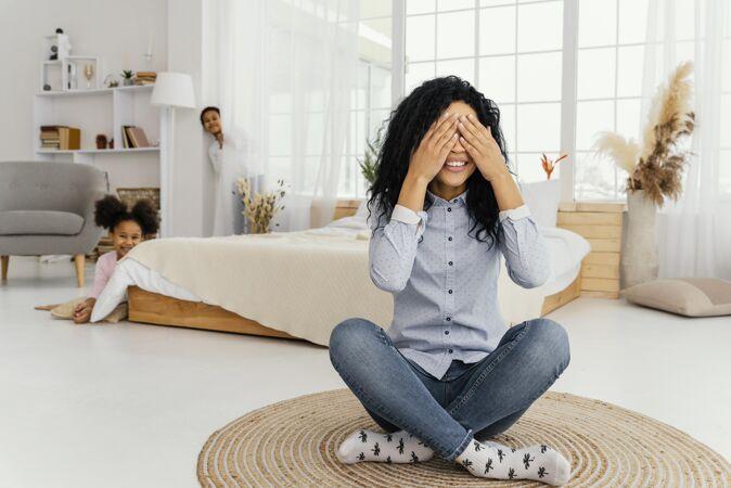 笑脸妈妈在家里捉迷藏的前景