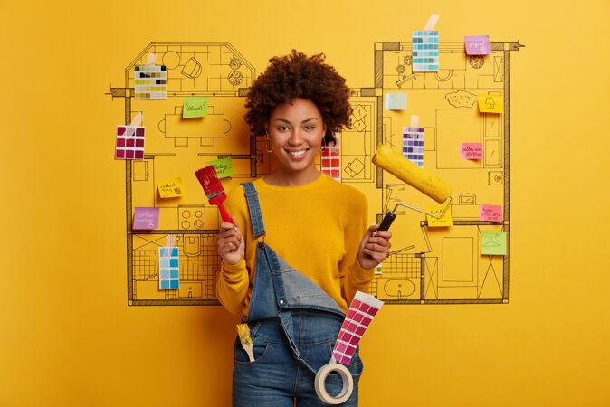 年轻女子站在房子旁边设计素描准备装修