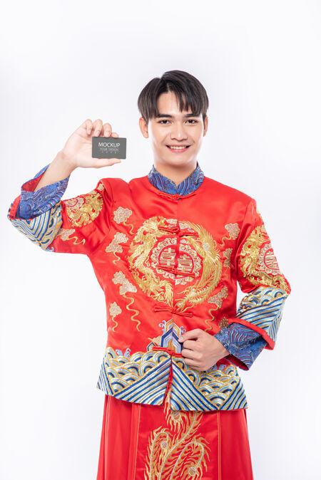 中国男子持有空白信用卡模型