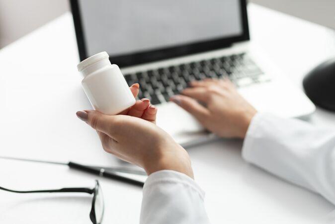 女医生拿着模拟药瓶