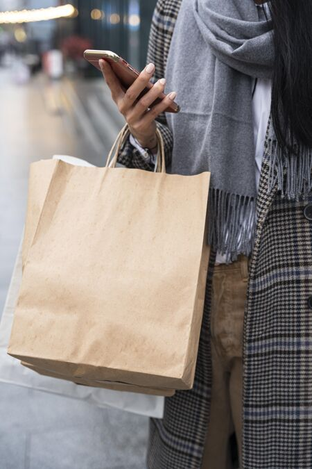 拿着购物袋和电话的女人